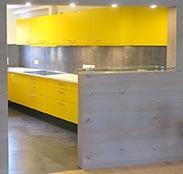 Einbauküche mit Arbeitsplatte aus Mineralwerkstoff