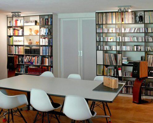 Bücherregal mit Schiebetüren