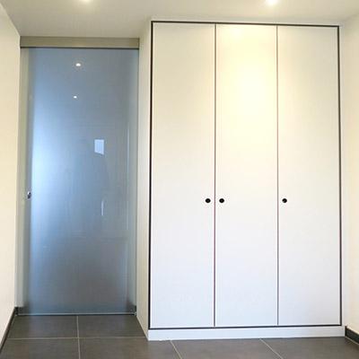 Garderoben-Einbauschrank mit Ganzglas-Schiebetür